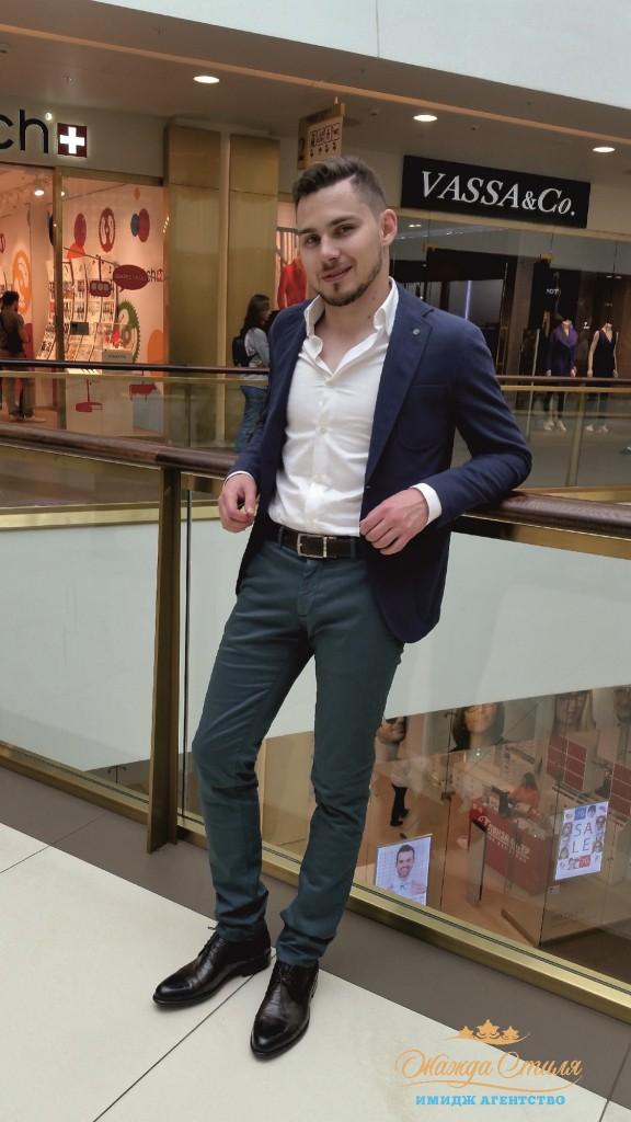 Коричневая обувь делает цвет чиносов более благородным