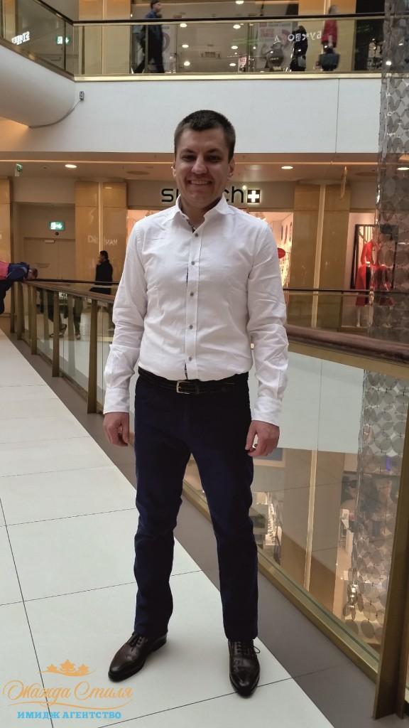 Отличное сочетание белой casual рубашки и вельветовых брюк